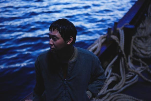 Park Yoochun como el tripulante más joven 'Dong-sik' en el barco 'Jeonjin'