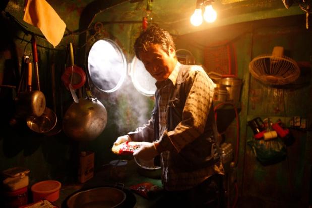 Moon Sung-geun que interpreta al ingeniero en jefe esta haciendo ramen.