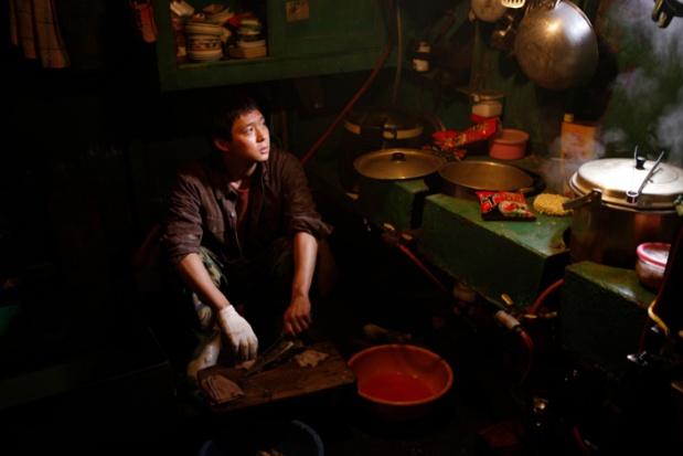 Park Yoochun preparando sashimi en un rincón de la cocina.